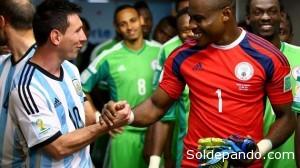 Messi saluda con verdadero afecto y respeto al raquero nigeriano Vincent Enyeama, considerado el megor guardavallas de este Mundial y experto en atajar los remates del crack argentino desde enteriores torneos. | Foto ©Getty Images