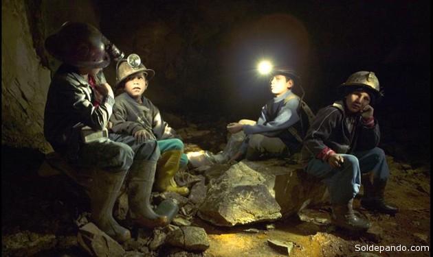 Cuatro niños  descansando dentro una bocamina en el distrito minero de Siglo XX, Catavi, tras vartias horas de duro trabajo. | Foto ©ABC.es | Nómadas