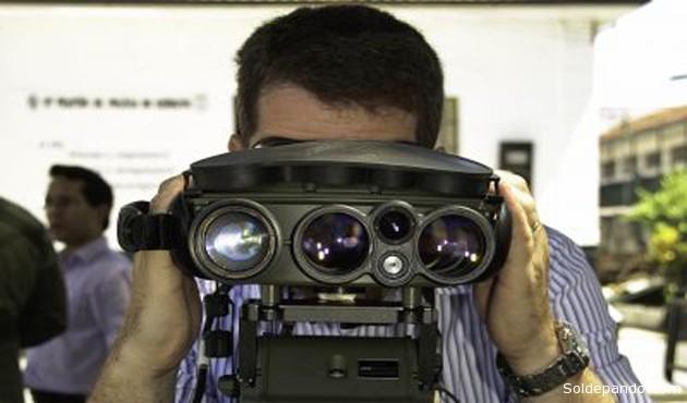 El JIM LR de la compañía Sagem Optovac (del Grupo Safran). es un binóculo multifuncional de largo alcance para la visión diurna y térmica que dispone de un telémetro integrado, una brújula digital, GPS, procesamiento de imágenes y un designador de objetivos. | Foto Infodefensa