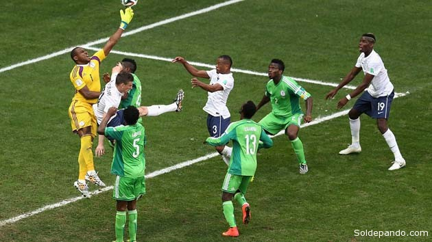 Eñ Cabezazo de Paul Pogba supera salto felino del arquero nigeriano Vincent Enyeama en el primer gol frances comotra los leones africanos. | Foto Fetty Images