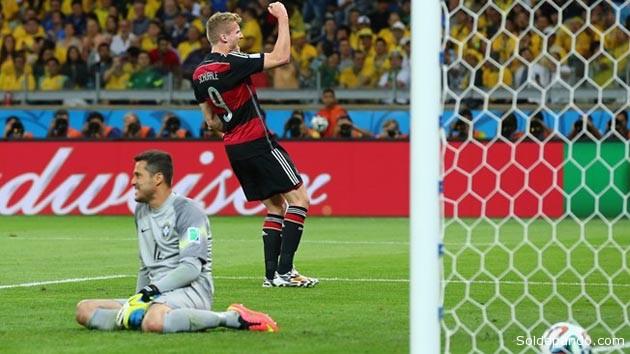 Caído en la impotencia el arquero brasileño Julio César queda rasignado ante de uno de los goles del alemán Andre Schuerrle.   Foto Guetty.