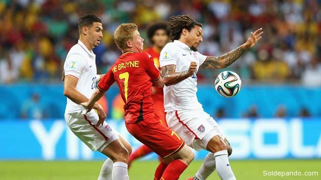 Kevin De Bruyne de Bégica en feroz disputa del brazuca contra el norteamericano Jermaine Jones, en el tiempo adicional del partido | Foto Getty Images