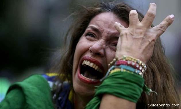 Llantos, tristeza y descontrol: Así reaccionaron los hinchas brasileños a la goleada de Alemania.   Foto EFE