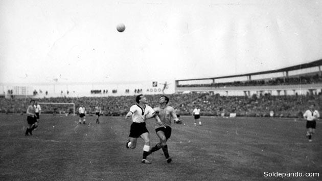 El primer duelo sucedió en la fase de grupos de Suecia 1958, y se saldó con victoria de lo que en ese entonces era la República Federal de Alemania por 3-1. Ocho años más tarde, en Inglaterra 1966, volvieron a medirse durante la primera etapa, pero esta vez igualaron 0-0.