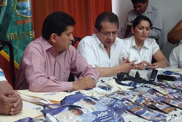 El director de Pro-Bolivia,   Oscar Alcaraz, como ejecutivo de administrar el FondoProLeche, consolida la presencia de este proyecto en Pando firmando el convenio con los siete últimos municipios faltantes, conjuntamente el Gobernador del Departamento. | Foto ProBolivia