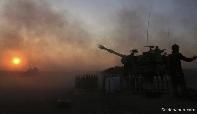 Soldados israelíes disparan proyectiles contra el territorio palestino en la Franja de Gaza. Según un Informe del Congreso norteamericano, el apoyo militar estadunidense  ayudó a transformar las fuerzas armadas de Israel en unas de las más tecnológicamente sofisticadas del mundo. | Foto EFE