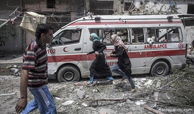 Jóvenes palestinas huyen hacia sus casas durante un breve cese al fuego del ataque israelí, que persiste con creciente poder de destrucción masiva.   Foto EFE