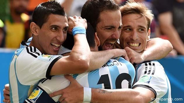 Gonzalo Higauain recibe el abrazo de su equipo tras maracra el gol que habilitóa ala Argentina para jugar la seminifinal. | Foto Getty Images