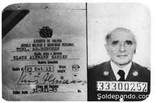 """Credencial de Klaus Barbie como """"teniente coronel ad honorem"""" de las FF.AA. de Bolivia."""