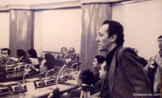 El diputado socialista Marcelo Quiroga Santa Cruz, en 1979, impulñsando desde el parlamwento el juicio de responsabilidades contra la dictadura de Banzer. La respuesta a esa demanda ética fue el golpe de García Meza y Arce Gómez que contempló su asesinato. | Foto Archivo.