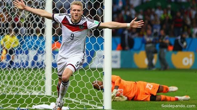 El delantero Andre Schuerrle celebra el fol que le dio el triunfo a Alemania en los minutos extras del partido.   Foto Getty Images