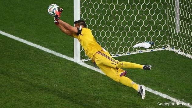 Uno de los dos goles bloqueados por el guardameta argentino Sergio Romero, con lo cual el equipo sudamericano jugará la final del muindial contra Alemania.   Foto Getty Images