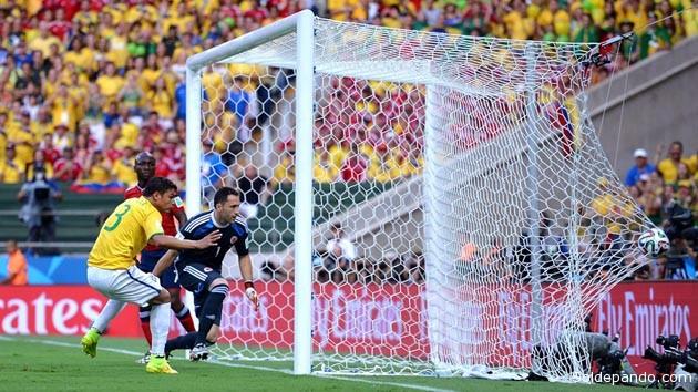 Thiago Silva enchufa el primer gol con su cabeza tras un córner que comenzó con el sueño frustrado de los colombianos. | Foto Getty Images