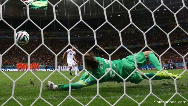 El guardameta holandés Tim Krul salva el tiro penal lanzado por el costaricense Bryan Ruiz, marcando la diferencia que le dio a Holanada el pase a la semifinal para jugar el miércoles contra Argentina. | Foto Getty Images