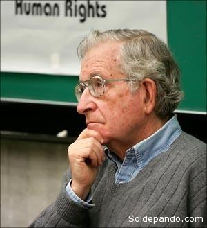 El escritor norteamericano Noam Chomsky.