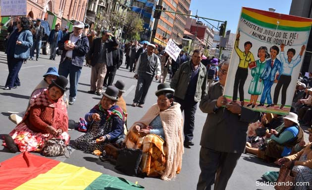 Los rentistas hacen una tregua luego de una reunión con el Ministerio de Economía, en La Paz, donde presentaron sus demandas de un bono anual de 3.000 bolivianos y el pago de un segundo aguinaldo, como se paga a los trabajadores activos.   Foto ABI