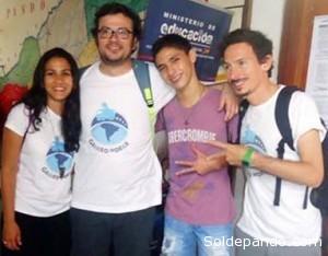 Kaleb rodeado por miembros de la expedición Galileo Móbile, antes de su viaje a la Olimpiada de Rumania.