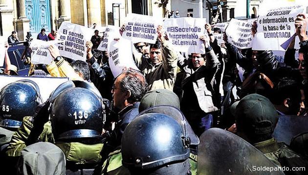 Las protestas del gremio periodístico ante la querella del Procurador del Estado calificada como absurda, tuvo amagues de represión policial. | Foto La Razón