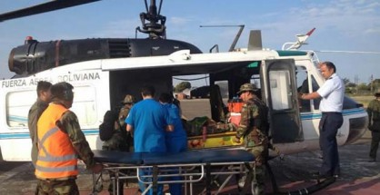 Momentos en que personal médico se apresta a bajar del helicóptero a una de las víctimas del caso, en la base de los Diablos Rojos. | Foto El Deber