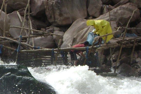 Conscriptos recolectando pescado de las trampas colocadas en la concesión pesquera otorgada a los militares en el Pilcomayo (Junio de 2009).