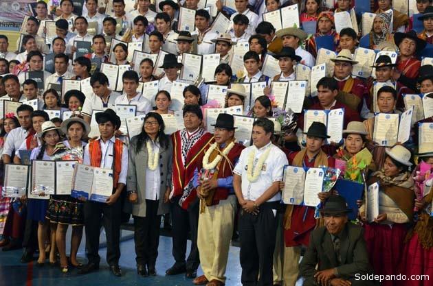 El presidente Morales asisitió en el Coliseo de La Coronilla de Cochabamba al acto de egreso de 118 primeros nuevos profesionales formados en las tres universidades indígenas del país. | Foto ABI