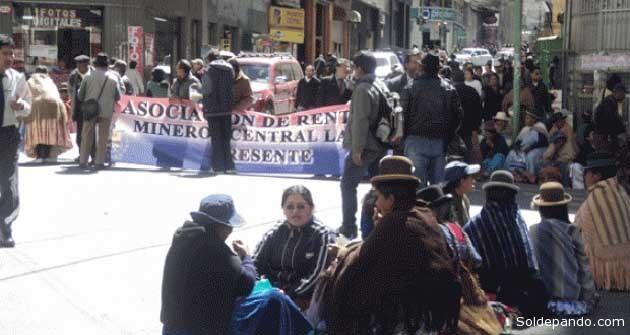 """En la ciudad de La Paz, dirigente de los jubilados Hilarión Colque, a la cabeza de la movilización, dijo que fueron """"engañados"""" por el gobierno con la suscripción de un convenio en la población de Conani, que era para compensar el pago del doble aguinaldo.    Foto Erbol"""