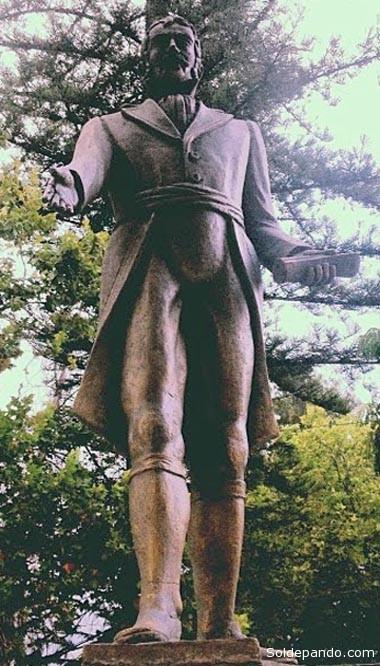 """FRANCISCO DEL RIVERO En el Bicentenario del 14 de septiembre se le erigió un gran monumento en la plazuela Colón. El 19 de septiembre de 1810 Francisco del Rivero fue aclamado como el primer Gobernador patriota de Cochabamba (y del Alto Perú) mediante un multitudinario cabildo abierto. Tuvo fuertes discrepancias con los generales argentinos que intentaban sujuzgar a los altoperuanos con apoyo de la corona británica. Después de la derrota sufrida por el ejército de Castelli que capitaneaba el general argentino Eustaquio Díaz Velez en agosto de 1811, en Sipe Sipe (Hamiraya), el gobernador cochabambino se rindió ante Goyeneche, quien en junio de ese año ya había vencido al argentino Balcarce en Guaqui. Rivero se vio obligado a una tregua con el sangüinario cuzqueño para evitar las masacres del general realista que tenía fama de no perdonar a los vencidos, ni a niños ni mujeres. Juan Martín de Pueyrredón, Director Supremo de las Provincias Unidas de La Plata, ordenó extraditarlo a una cárcel de Buenos Aires bajo el cargo de """"traición"""", poco antes de que el héroe cochabambino falleciera en su domicilio de la Plaza 14 de Septiembre, actualmente ocupado por el Club Social de Cochabamba."""