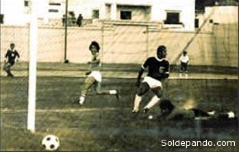 """UN GOLEADOR NATO En la década de los setenta fue considerado el mejor puntero derecho en el fútbol boliviano. Se inició en Real Santa Cruz, luego pasó a Oriente Petrolero que vendió su pase a La Bélgica con la histórica cifra. En el equipo azucarero estuvo al lado de Escalera, Peji Hurtado, Nilton Pinto, Ramiro Blacut y muchos otros que conformaban un poderoso conjunto. De ahí pasó a Universidad en el cual que jugó dos temporadas hasta que retornó a Oriente Petrolero en 1974 participando en varias copas Libertadores y destacándose por su fútbol vistoso. Fue la época de oro de Oriente, donde jugaban Ever Hoyos, Arias, Campos, Julián Cristaldo, Montaño, Taritolay y Espinoza. Integró la selección nacional que disputó las eliminatorias de 1977, eliminando a Uruguay y a Venezuela; fue cuando convirtió el primer gol boliviano ante Venezuela en su propia casa (foto). De Oriente Petrolero, en 1981, pasó a Blooming y ahí jugó dos temporadas, tras las cuales se retiró debido a que se le negó su traspaso a otros clubes para seguir descollando en su carrera, pese a los varios ofrecimientos que le llegharon especialmente del Brasil donde fue conocido como """"el Garrincha boliviano""""."""