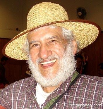 """SOBRE EL AUTOR Angel Hugo Blanco Galdos (Cusco, Perú, 15 de noviembre de 1934), político peruano, líder campesino, inicialmente de filiación trotskista. Apareció en el escenario político mediático en 1962, a través de un levantamiento campesino durante el gobierno de Ricardo Pérez Godoy. Luego de ser apresado, fue condenado a la pena de muerte primero y luego a 25 años de prisión, pero fue amnistiado después de ocho años. Estuvo exiliado en México, Argentina, Chile y Suecia. De 1980 a 1985 fue diputado por el PRT a la vez que Secretario de Derechos Humanos de la Confederación Campesina del Perú, CCP, y miembro de la Comisión de Derechos Humanos dentro de la Cámara de Diputados. De 1985 a 1990, como secretario de organización de la CCP, participó en la recuperación de 1.250.000 ha por las comunidades indígenas de Puno. Luego actuó en el Norte del país en las Rondas Campesinas. Desde 1990 hasta el autogolpe de Fujimori en 1992 fue senador de la República en la bancada de la Izquierda Unida. En la década de 1990 se dedicó a defender los intereses de los campesinos del Cusco y la defensa de la sagrada hoja de la coca, amenazada de ser criminalizada. El año 1994, cuando vivía temporalmente en México, estalló la rebelión zapatista, movimiento que lo inspira entre otras a replantearse el estratégico papel de los pueblos indígenas. En el 2003 estuvo al borde de la muerte cuando una vena se le reventó en la cabeza. La solidaridad económica de la Liga Comunista Revolucionaria, LCR, de Francia y otras fuerzas solidarias internacionales y a nivel nacional, le salvaron la vida. Actualmente dirige el mensual """"Lucha Indígena"""" y edita folletos de educación popular sobre diversos temas relacionados a las luchas indígenas y campesinas. Ha publicado su segundo libro """"Nosotros los I¡undios"""". Continúa siendo miembro honorario de la Confederación Campesina del Perú, CCO, como parte de su Consejo Nacional de Delegados. Es además miembro del Consejo Editorial de la revista política interna"""