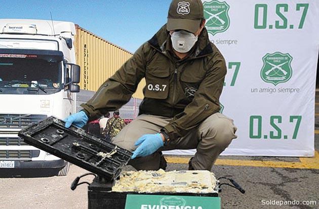 """Para ingresar a Chile, los narcotraficantes bolivianos llenan las celdas de ácido en las baterías de sus camiones con cocaína líquida que se solidifica al calentar el motor, y retornan al país contrabandeando electrodomésticos y autos """"chutos"""".   Fotomontaje Sol de Pando"""