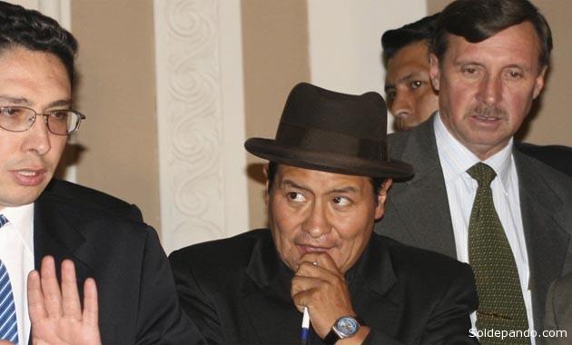 En enero del 2009, el prefecto de Oruro, al centro, junto con el diputado Héctor Arce y el prefecto de Pando Rafael Bandeiras, hoy Embajador en el paraiso fiscal de Panamá. | Foto Archivo ABI