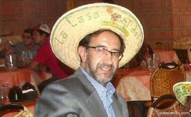 """El jueves 4 de julio del 2013, en el ejercicio de su función pública, Roodolfo Torrico Ovando se fotografíó en el conocido restaurante """"La Casa del Camba"""" de la ciudad de Santa Cruz.   Foto Facebook"""