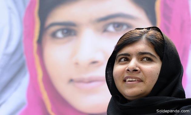 Malala, que ahora tiene 17 años, era una estudiante y activista por la educación en Pakistán cuando fue tiroteada en la cabeza por un talibán armado hace dos años, luego de haber escrito en su blog acerca de la necesidad de educación para las niñas de su comunidad y acusar a los talibanes de fomentar la ignorancia.    Foto EFE