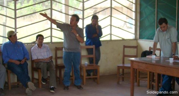 Una reunión con técnicos de la UPRE, en agosto del 2009, en instalaciones de la empresa maderera Mabet sobre el territorio indígena Pacahuara de Pando. Figuran en esta imagen Mauricio Etienne, propietario de Mabet, Cliver Rocha, director de la ABT, y el Ministro de la Presidencia. | Foto Archivo Sol de Pando