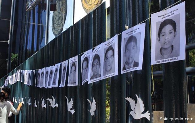 Estudiantes protestaron ante la Procuraduría General de la República el 29 de octubre para exigir la aparición de los 43 normalistas de Ayotzinapa que fueron secuestrados por la Policía Municipal de Iguala y entregados a un grupo de narcosicarios la noche del  29 de septiembre. | Foto Animal Político