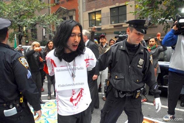 Detenido el 5 de noviembre por participar en una protesta realizada ante el Consulado de México en Manhattan por la masacre de Ayotzinapa. | Foto Huimberto Arellano | El Diario de Nueva York