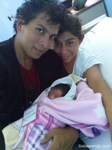 La joven pareja y su bebé.