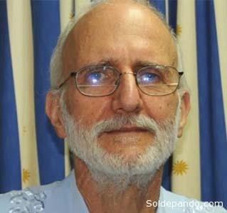 """Alan Phillip Gross, es un experto en desarrollo internacional que fue arrestado en Cuba en diciembre de 2009 mientras trabajaba como contratista para la Agencia de los Estados Unidos para el Desarrollo Internacional (USAID), organismo acusado en reiteradas ocasiones de colaborar con la CIA introducir a la isla, ilegalmente, tecnologías de telecomunicaciones con fines conspirativos. Se lo acusó de espiar para la inteligencia estadounidense en enero de 2010 y condenado en 2011 por """"actos contra la integridad e independencia del Estado cubano"""". Fue liberado este 17 de diciembre como parte de un intercambio de prisioneros donde tres cubanos acusados de espionaje fueron excarcelados de Estados Unidos."""