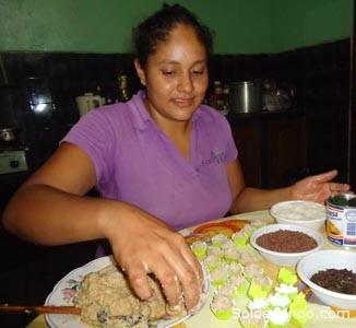Cecilia Poveda Ruiz, joven madre de familia que es una de las manos expertas de Cobija en las artes de la repostería amazónica, a base de castaña, cacao y otras frutas que endulzan las fiestas de Navidad. |Foto Archivo Sol de Pando