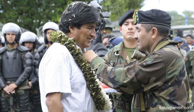 El comandante del CEO, general Gonzalo Rodríguez, distingue al Presidente en Chimoré. | Foto ABI