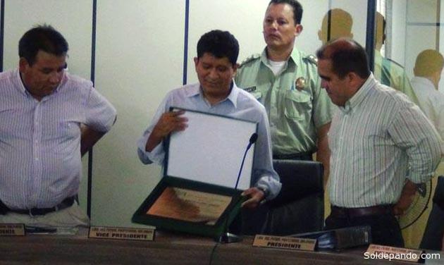 El Gobernador de Pando recibe la distinción de la Liga a través de su Presidente, Fernando Humérez.   Foto GADP