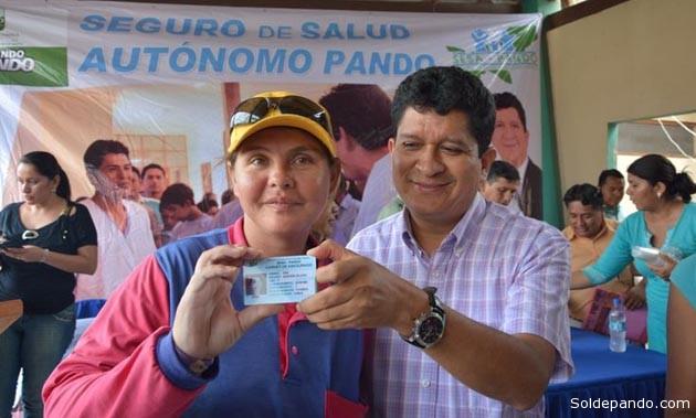 """El Gobernador Flores lanzó oficialmente el SESA-Pando entregando un carnet de asegurado a la señora Aida Aguilera Villegas, presidenta del Sindicato Femenino de Mototaxis """"8 de marzo"""", durante el acto administrativo realizado el pasado 12 de diciembre.   Foto GADP"""