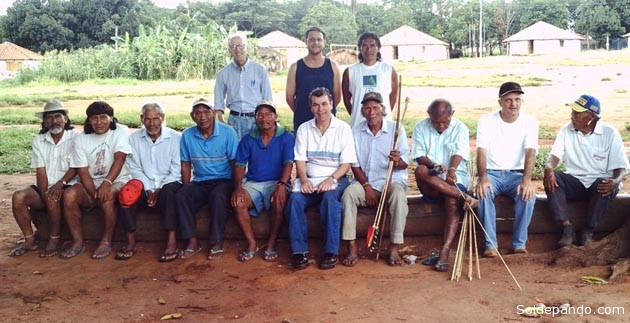 El equipo de investigadores de la Universidad de São Paulo con los indígenas Xavante en la comunidad de Sangradouro, Mato Grosso. | Foto Amaury Dal Fabbro | DICYT