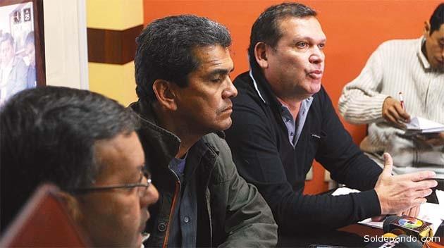 La dirigencia de Fabol: el secretario ejecutivo Milton Melgar y el experimentado asesor legal David Paniagua.  rechazan el decuento de haberes contra los jugadores de la U de Pando.   Foto Fabol