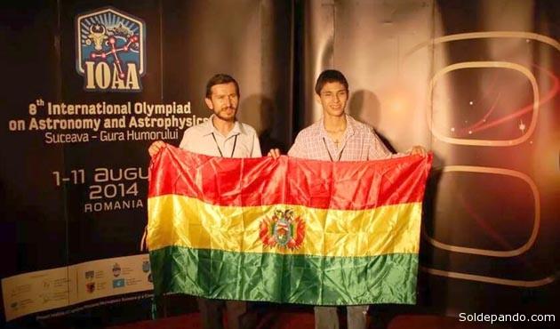 Kaleb en la Octava Olimpiada realizada en Rumania, acompañado por el profesor Mirko Raljevick, Presidente del Comité Nacional de Astronomía y Astrofísica de Bolivia. | Foto AstroPando