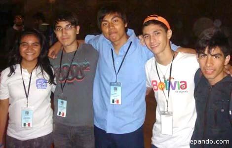 El estudiante pandino en Rumania, junto a estudiantes de México. | Foto AstroPando