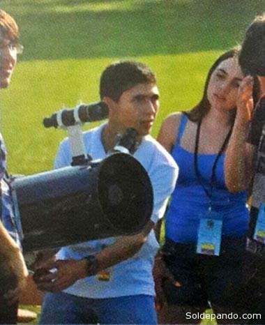 Cumpliendo la prueba observacional, su especialidad, ante la mirada atenta de estudiantes colombiano. | Foto AstroPando