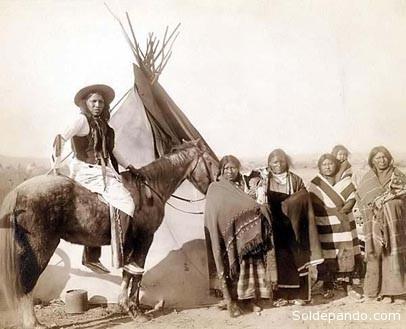 Una familia del pueblo Lakota en los años 20 del siglo pasado. Esta rama de la nación Sioux fue desplazada de su territorio a orillas del río Missouri por la llegada de mineros irlandeses.   Foto Archivo