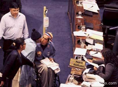 La madre de Gualberto Cusi, que no dio su nombre, besa al magistrado en el Senado durante la audiencia del viernes | Foto Eduardo Schwartzberg | La Razón