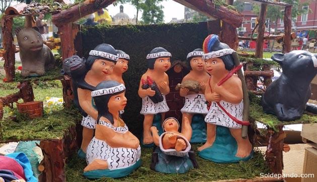 Un pesebre realizado por artesanos del Madre de Dios, en el Acre peruano, exhibido en la Parque de la Cultura de Lima. | Foto García Bendezú / El Comercio